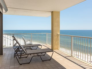 Gulf front condo w/ private balcony, shared hot tub, & pools. Snowbirds welcome!