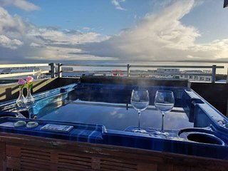 zzz Stunning apart. with a jacuzzi & breathtaking view