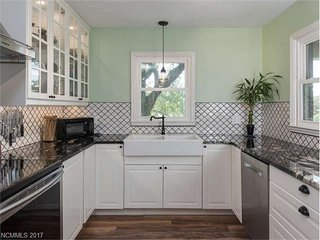 Cozy, Private 3 Bdrm / 2 Bath Home Just 3 Miles to Biltmore, 10 mins to Downtown