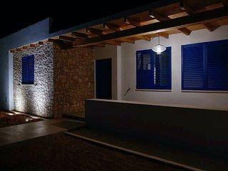 Detalle del frontal de la casa de noche. Asi lo encontrareis volviendo de cenar... o de marcha.