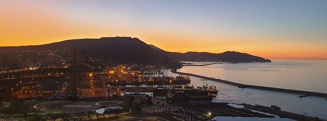 Vue magnifique le soir, sur la ville d'Oran, le front de mer, Santa Cruz, le port d'Oran.