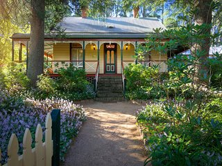 Award Winning 'Glen Isla' Self Contained Blue Mountains Cottage for Groups of 12