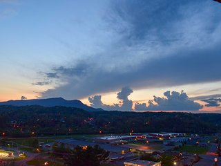 NEW! Central Condo, 1 Mi to Pigeon Forge Parkway!