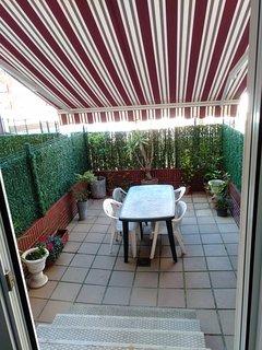Terraza con toldo para comer o tomar algo fuera.