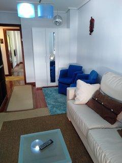 Salón con sofá cama de 1,50 modelo italiano de cuero color beige y armario ropero
