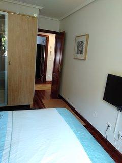 Habitación, cama de 1,50 colchón de viscolatex,armario ropero madera de haya televisión plasma de 33