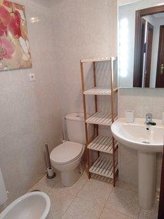 Baño completo con vide y decoraciones.