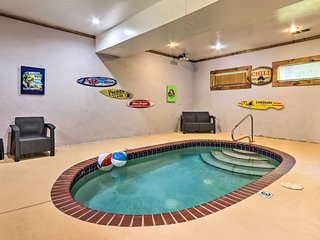 'Mountain Pool Lodge' Sevierville Cabin w/ Hot Tub