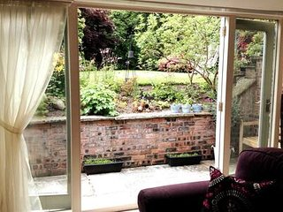 Spacious Sunny Garden Studio with Fast Broadband & parking