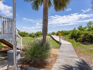 Steps to the Beach! Oceanfront Getaway - Harbor Island - Free Parking - Private