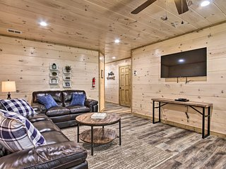 Rustic Mtn Retreat: 1 Mi to Pigeon Forge Parkway!