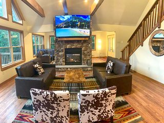 Cloud 9 Lodge **Newest Luxe Rental with a View**