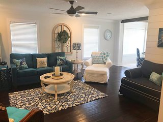 South Island Luxury Gated 2 Bd 2 Bth Condo w/ Sunroom, Pool, Beach Chairs Towels