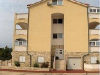 Apartment Stiller in Novalja with a large terrace overlooking the sea, casa vacanza a Novaglia