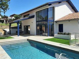 Handia Baita  maison neuve disposant de sa piscine privee