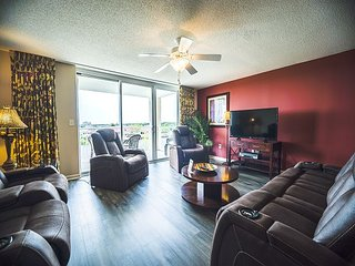 Spacious condo overlooking the waterway + FREE DAILY ACTIVITIES!