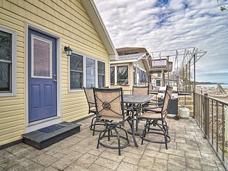 NEW! Sunny Waterfront Cottage, Walk to Waterpark!