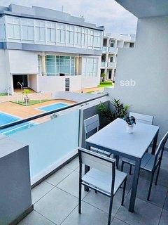 Mesa en la terraza con vistas a la piscina.