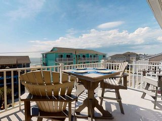 Great Ocean Views, Pool, Newly Updated Condo, Top floor, Easy Beach Access, New