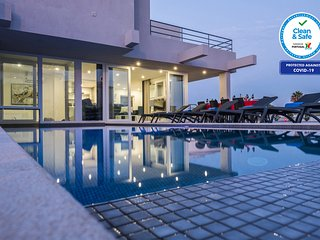 BRAND NEW VILLA, A/C,WI-FI, JACUZZI, HEATABLE POOL, JUST 400M TO THE BEACH