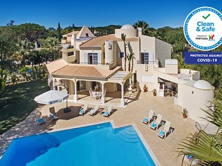 AMAZING VILLA W/ HUGE POOL, AIR CON, WI-FI, CLOSE TO THE BEACH