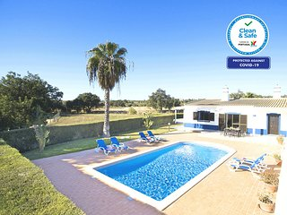 CHARMING VILLA WITH PRIVATE POOL, AIR COND, Wi-Fi, BBQ AND SCENIC VIEWS!