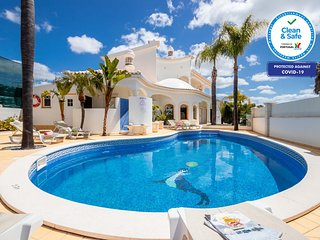 MAGNIFICENT VILLA W/ LARGE HEATABLE SWIMMING POOL, FREE WIFI, NEAR BEACH & A/C