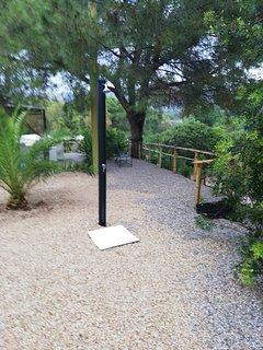 Angolo giardino. Doccia esterna