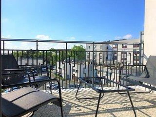 Le Charleston : Appartement moderne avec balcon et parking - 5min des plages et
