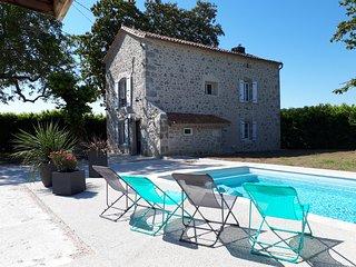 Gîte des Magnolias : belle maison en pierre avec cheminée et piscine