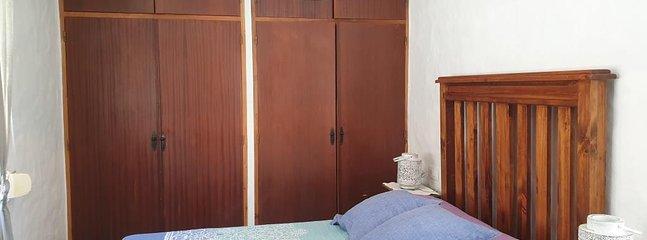 Altillos maleteros en los armarios del dormitorio principal