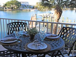 Waterfront & Family Friendly!  Walk to beach and shops! New furnishings-201 Harb