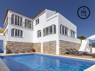 Villa James, Heart of Village, Ocean Views, Pool