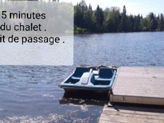 5 minutes du chalet. Droit de passage. Il faut prendre le pédalo pour aller se baigner.