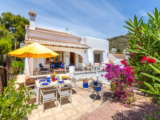 Villa Tortuga - 3 bedroomed villa, shared pool, private garden, premier location