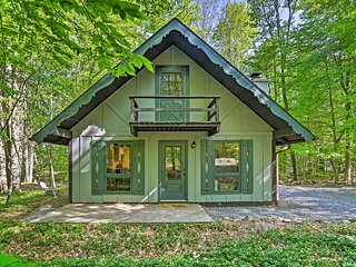 NEW! Lovely Pocono Cabin w/ Deck Near Lake Naomi!