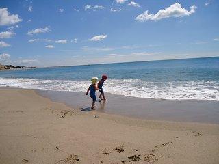 Playa del arenal. Tiene 2 km de larga y empieza a 200 m del apartamento