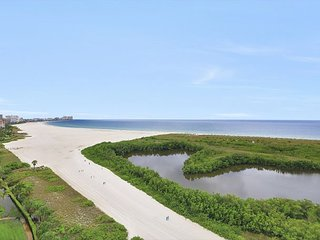 Beachfront condo w/ breathtaking panoramic ocean views and heated pool