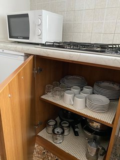 MICROWAVE, CUPS, GLASSES, DISHES AND POTS