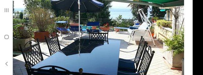 terrazza di 100 m.q. con vista lago, parco e piscina strepitosa!!!