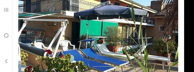 terrazza con 6 sdraio per il sole