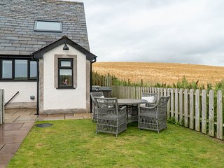 Daisy Cottage - One bedroom cottage with feature bath and great views.