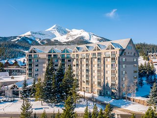 Mountain view condo with shared hot tub/pool, easy access to the ski slopes!