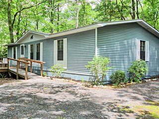 Serenity on the Hill-Budget Friendly home with HOT TUB, AC, Pets Considered with