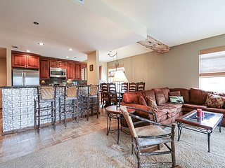 Pet Friendly, Cozy, Underground Parking, Summer Pool and Jacuzzi