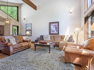 Pet Friendly Eagle Vail Home, Convenient to Bvr Crk, Private Fenced Yard, Hot Tu