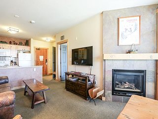Updated Condo at Sunstone Lodge, Heated Pool/Jacuzzi, Fitness Center, Garage