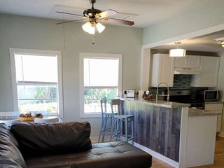 20% off May Weekday Stay -10 min Walk to Beach -Fenced Yard - Dogs Welcome - Fre