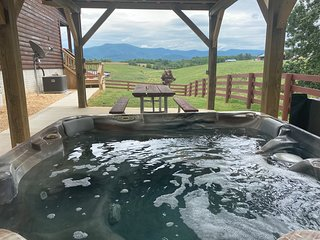 Beautiful Blue Ridge Mt view cabin with hot tub