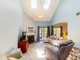 Spacious townhouse near the beach w/ shared outdoor pool and tennis court!